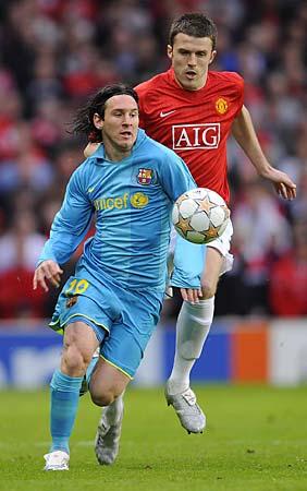 Messi anduvo controlado en varios frentes. Acá es perseguido por Carrick (Foto: dailymail.co.uk)