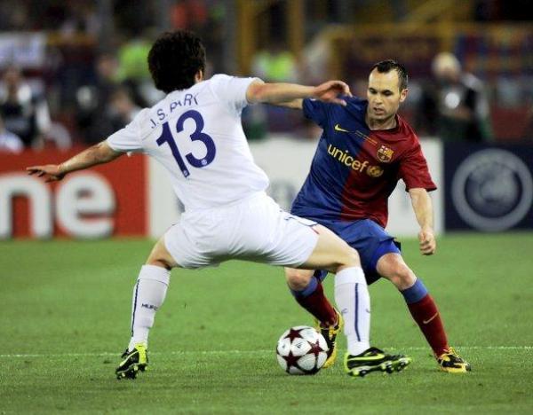 Iniesta y Park volverán a verse las caras en Wembley dos años después. Las claves de sus equipos pasan por sus pies. (Foto: Efe)