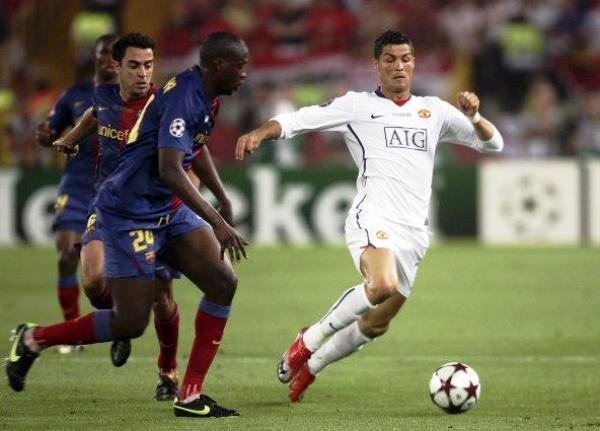 SE TE FUE. Cristiano Ronaldo jugó un partido discreto y fue anulado por Puyol. Acá lo persigue Yaya Touré (Foto: EFE)