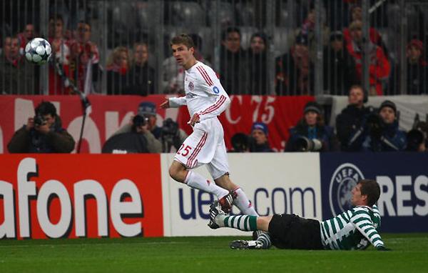 Gol de Thomas Müller al Sporting en 2009. El astro alemán ha anotado cada vez que el Bayern hizo siete goles en Champions. (Foto: AFP)