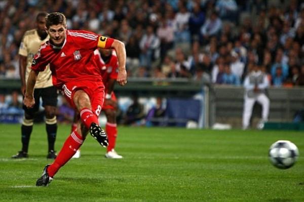 Con este penal, Gerrard rubricó su gran actuación y la victoria del Liverpool en el Velodrome (Foto: dailymail.co.uk)
