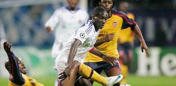 Bangoura y Gallas, los autores de los goles en Kiev, luchan por el balón (Foto: arsenal.com)