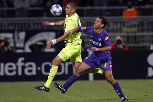 Benzema, acá superando a Felipe, marcó el gol de empate del Lyon ante la 'Fiore' (Foto: olweb.fr)