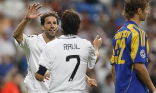 El encuentro de dos goleadores históricos: Raúl y Van Nistelrooy, quien hizo historia ante el modesto BATE (Foto: realmadrid.com)