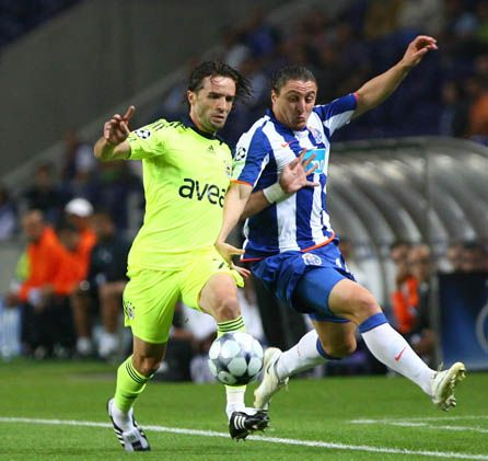 Tolga disputa el balón con 'Cebollita' Rodríguez. Porto fue más práctico que el Fenerbahce de Aragonés (Foto: fenerbahce.org)