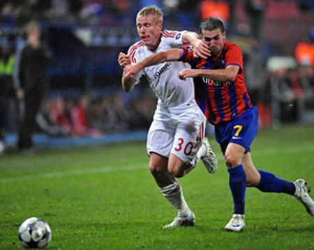 Lell, que fue titular en Bayern, supera a Skézely en una proyección (Foto: fcbayern.de)