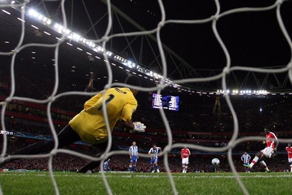 Adebayor define de penal para marcar el tercer gol del Arsenal en el arco del sacrificado Helton (Foto: UEFA.com)
