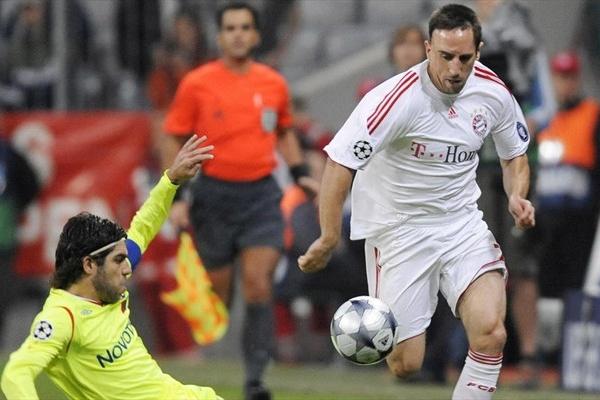 Ribéry reapareció, pero no pudo hacer muchos ante el ordenado Lyon. Acá es marcado por Juninho (Foto: UEFA.com)