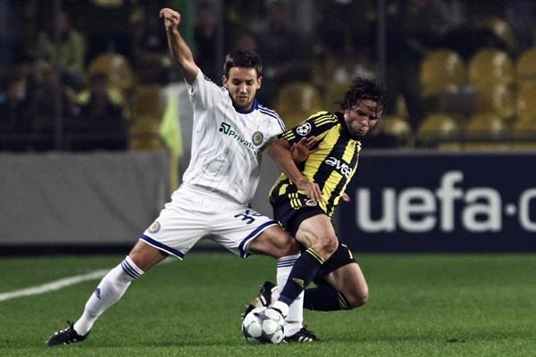 Ninkovic contiene el balón ante Gökhan Gonul. Fenerbahce no encontró el rumbo en casa (Foto: UEFA.com)