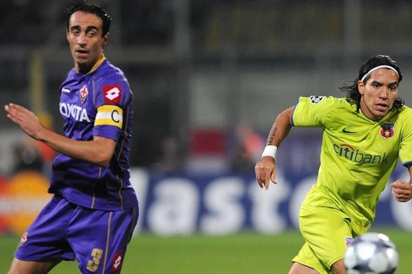 Dainelli observa pasar al colombiano Dayro Moreno. Steaua se paró bien en el Artemio Franchi (Foto: UEFA.com)