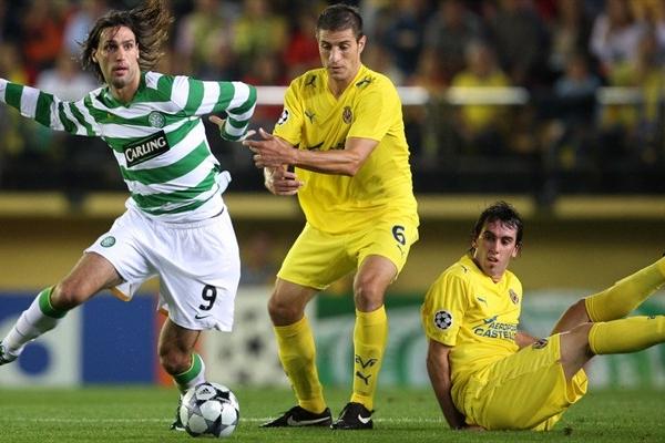 Samaras -acá marcado por el uruguayo Eguren- tuvo una muy clara para el Celtic, pero definió sin fortuna (Foto: UEFA.com)