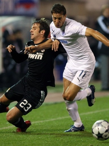 Van der Vaart es marcado por Sirl. Madrid sufrió para ganar en San Petersburgo (Foto: UEFA.com)