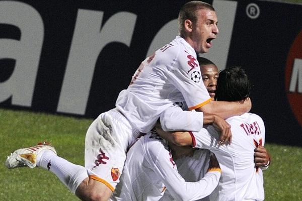 Feliz cumpleaños para la 'Bestia' Baptista, abrazado por sus compañeros tras convertir en la puerta del Girondins Bordeaux (Foto: UEFA.com)