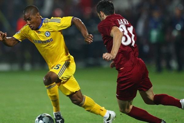 Malouda se le escapa a Dani. El Cluj y el Chelsea no se hicieron daño (Foto: UEFA.com)