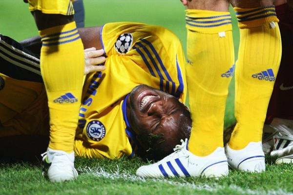 Drogba caído tras la lesión que lo alejará dos meses de las canchas (Foto: UEFA.com)