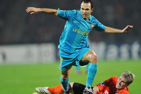 A Iniesta le cometieron una falta sobre el final que debió ser penal, pero el inglés Webb no la sancionó (Foto: UEFA.com)