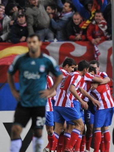 Celebra Simao y lo lamenta Mascherano. El Atlético no dejó que el Liverpool profanara el Vicente Calderón (Foto: FIFA.com / AFP)