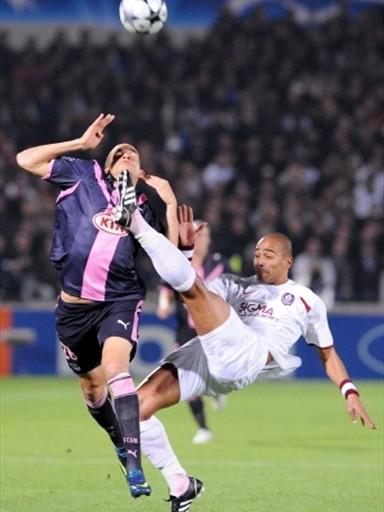 Un mal rechazo le costó al Cluj su primera derrota en la Champions (Foto: FIFA.com / AFP)