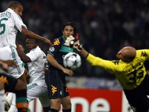 Pizarro a la carga sobre el arco del Panathinaikos. El Bremen sigue empatando (Foto: FIFA.com / AFP)