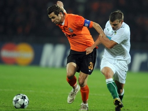 Srna es marcado por Izmailov. El Shakhtar se vio sorprendido en casa por los lisboetas (Foto: FIFA.com / AFP)