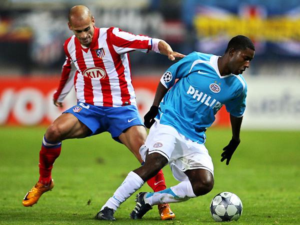 Pernía intenta quitarle el balón a Méndez. (Foto: AFP)