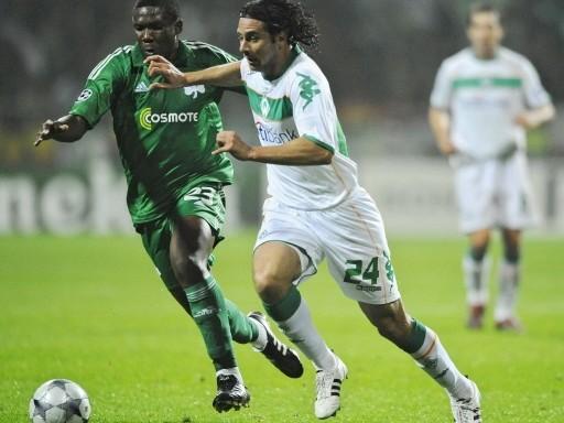 Claudio Pizarro es marcado por el mozambiqueño Simao. Bremen perdió el paso de fea forma ante el Panathinaikos en casa (Foto: FIFA.com / AFP)