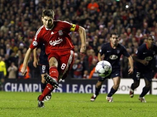El penal de Gerrard salvó en el estribo al Liverpool de una caída histórica ante el 'Aleti' en casa (Foto: FIFA.com / AFP)