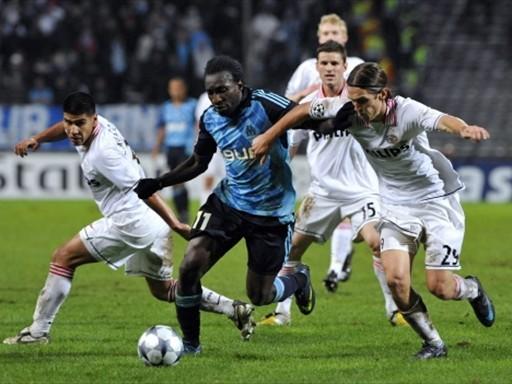 Ni marcado por cuatro holandeses, Niang pudo ser contenido en el Velodrome (Foto: FIFA.com / AFP)