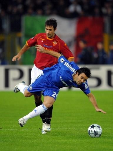 Los dos protagonistas principales del partido en el Olímpico: Vucinic, la figura del campo, y Deco, quien perjudicó al Chelsea con su expulsión (Foto: FIFA.com / AFP)