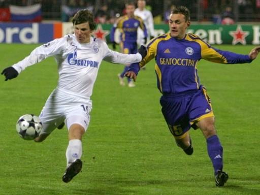 Arshavin remata ante Yurevich. Al fin apareció el Zenit en la Champions (Foto: FIFA.com / AFP)