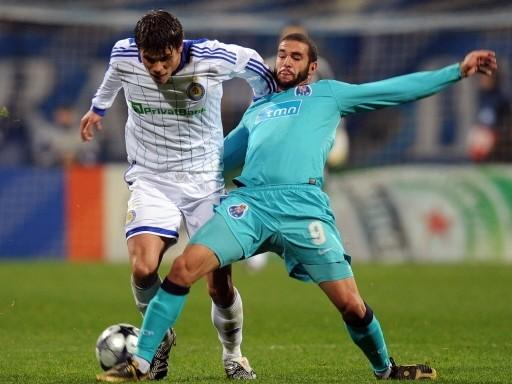 Lisandro López traba a Vukojevic. El Porto cantó victoria en Kiev (Foto: FIFA.com / AFP)