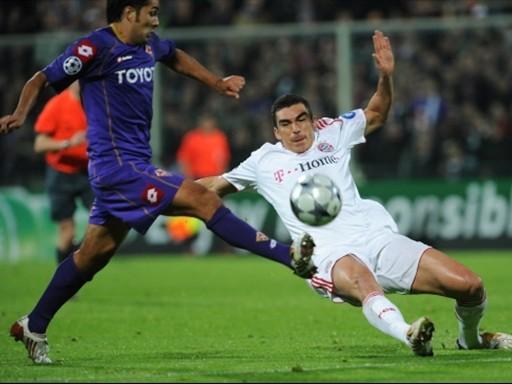 Lúcio se antepone a Santana. El Bayern controló bien el partido en Florencia (Foto: FIFA.com / AFP)
