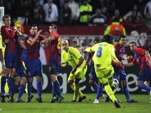 Marca registrada: el golazo de Juninho Pernambucano ante el Steaua (Foto: FIFA.com / AFP)