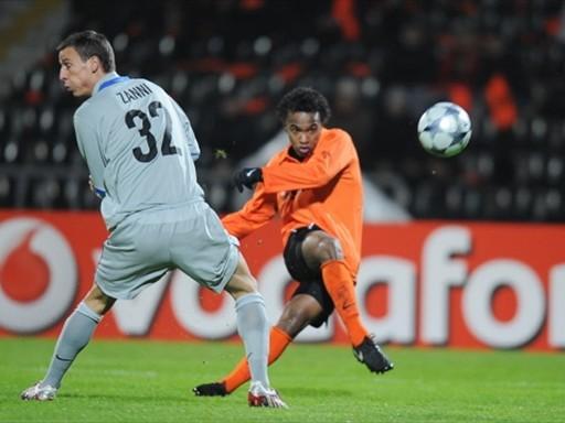 Jadson brilló con luz propia al convertir tres veces en el arco del Basel (Foto: FIFA.com / AFP)