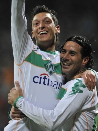 CONSUELO. Pizarro es felicitado por Mesut Ozil luego de su tanto. Bremen clasificó a la UEFA (Foto: FIFA.com / AFP)