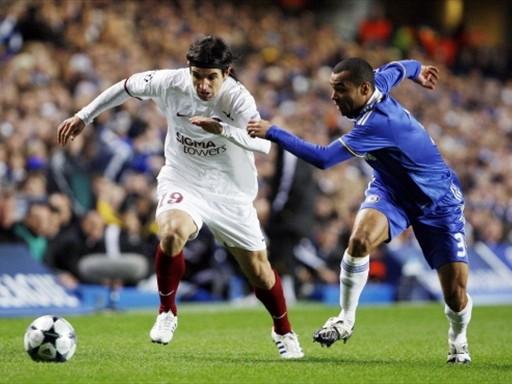 DIGNO. El Cluj peleó el partido de igual a igual en Stamford Bridge, como acá hace Culio ante Ashley Cole (Foto: FIFA.com / AFP)