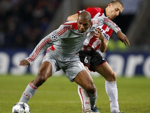 PISOTEADO. Ryan Babel le gana la pelea a Timmy Simmons, como hizo toda la noche el Liverpool con un devaluado PSV (Foto: FIFA.com / AFP)