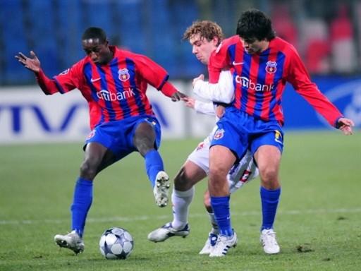 LO QUE LE QUEDA. Donadel lucha el balón con Toja y Semedo. La 'Fiore' quedó relegada a la UEFA (Foto: FIFA.com / AFP)