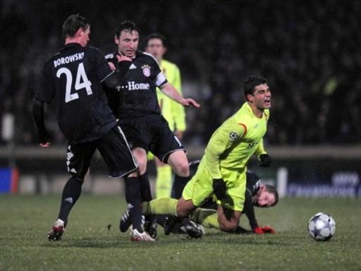 CONTENIDO. Borowski y Van Bommel detienen a Ederson, como hizo el Bayern ante la reacción del Lyon (Foto: FIFA.com / AFP)