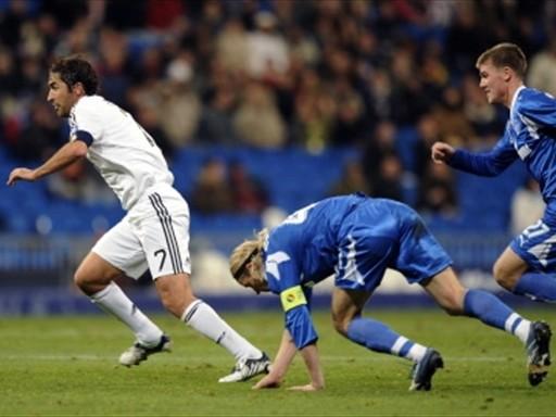INACABABLE. Raúl, acá ante Tymoschuk y Denisov, fue la gran figura de la jornada con sus goles en el arco del Zenit (Foto: FIFA.com / AFP)