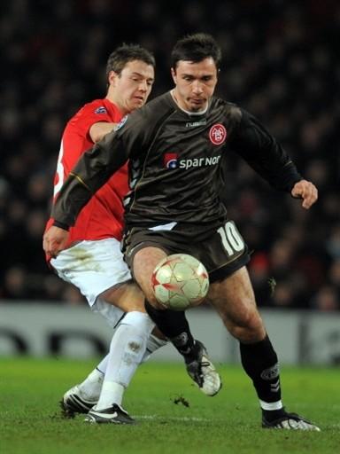 CON HONOR. El Aalborg dio el golpe en Old Trafford. Acá Saganowski se anticipa a Evans (Foto: FIFA.com / AFP)