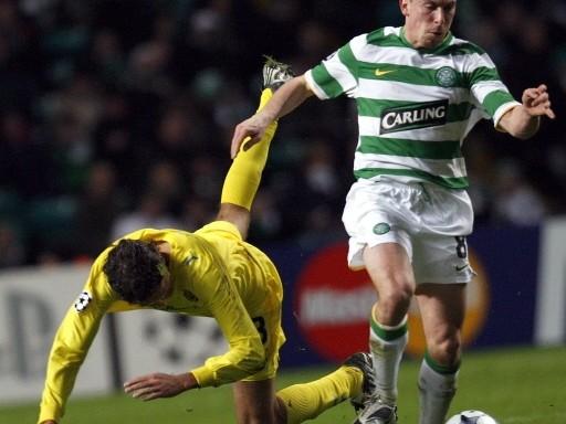 GAITAS SONORAS. Scott Brown enfrenta a Edmilson. El Celtic hizo respetar la casa e impidió al Villarreal culminar en la cima del Grupo E (Foto: FIFA.com / AFP)