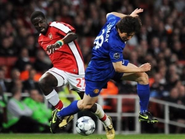 GANÁNDOLAS TODAS. Una vez más Park sacando chapa de figura, ahora ganándole la pelota a Eboué (Foto: FIFA.com / AFP)