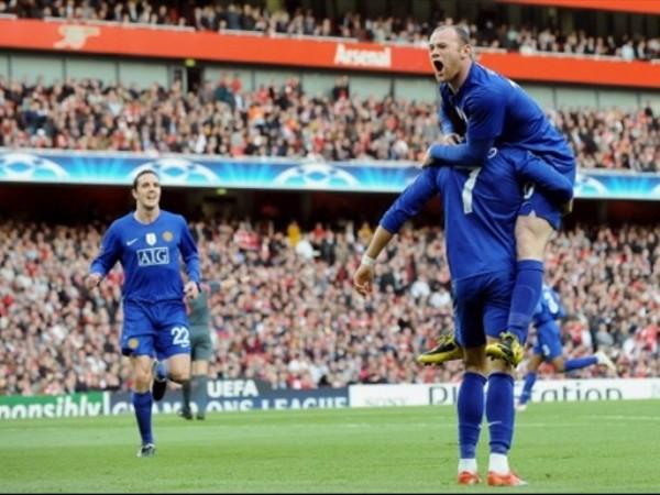 DUEÑOS DEL EMIRATES. Rooney y O'Shea corren a abrazar al portugués luego de su tanto. Apenas en 11', el Manchester sentenciaba la semifinal (Foto: FIFA.com / AFP)