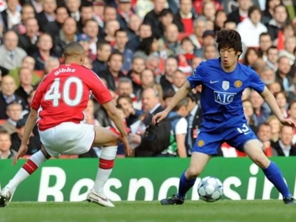 MISTER PARK. El coreano abrió la senda del triunfo para el Manchester. Acá encara al novato Gibbs (Foto: FIFA.com / AFP)
