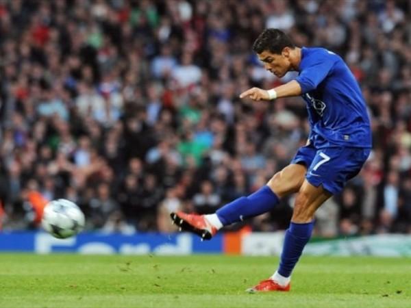PINTURAZA. Ronaldo le pegó un guadañazo al balón en esta pelota parada y la mandó adentro ante la estupefacción de Almunia (Foto: FIFA.com / AFP)