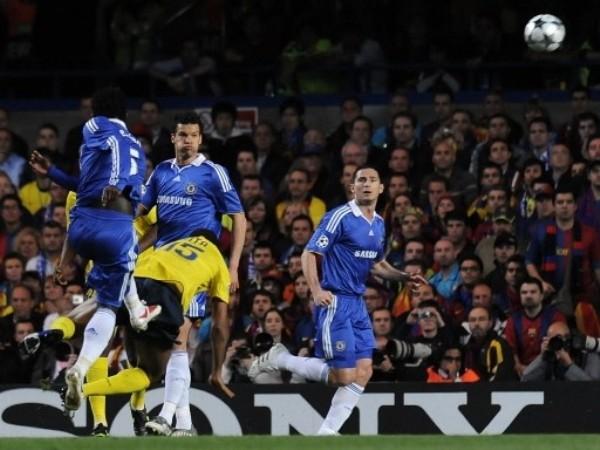DE AQUELLOS. Essien le pegó con la pierna coja pero igual la mandó adentro. Era el 1-0 que instalaba el jolgorio en Stamford Bridge (Foto: FIFA.com / AFP)