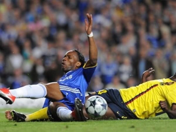 TE ME CAES. Drogba no llegó al tanto y se fue reemplazado por Belleti (Foto: FIFA.com / AFP)