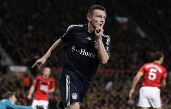 YA SE VIENE LO BUENO. El croata Ivica Olic descuenta por vez primera para Bayern y silencia el Old Trafford por un instante. Empezaba a caer la noche (Foto: REUTERS)