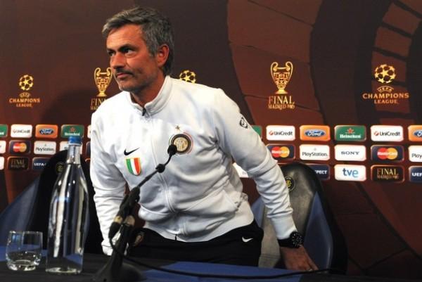Con un micrófono delante, Mourinho es de temer (Foto: AFP)